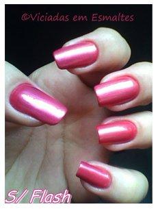 Unhas e esmalte rosa