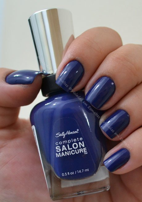 Unhas com esmalte Thinking of Blue Sally Hansen