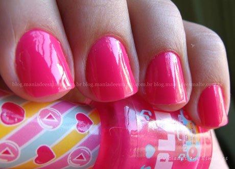 Unhas com esmalte Think Pink Capricho