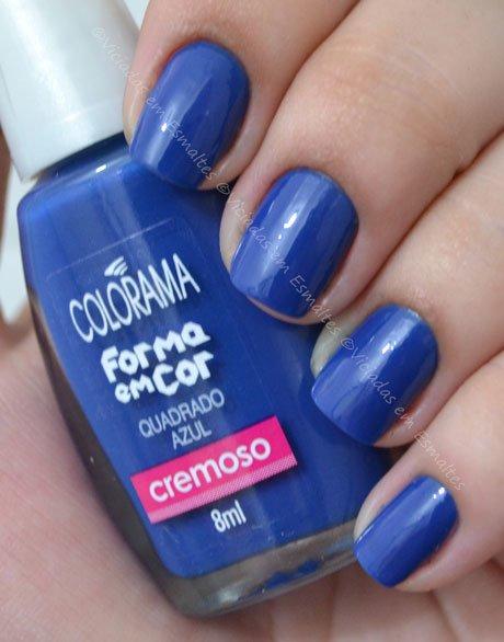 Unhas com esmalte quadrado azul colorama