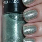 Unhas com esmalte Ludurana Verde Espelhado