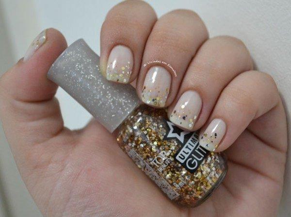 Esmalte clarinho com glitter na pontinha da unha