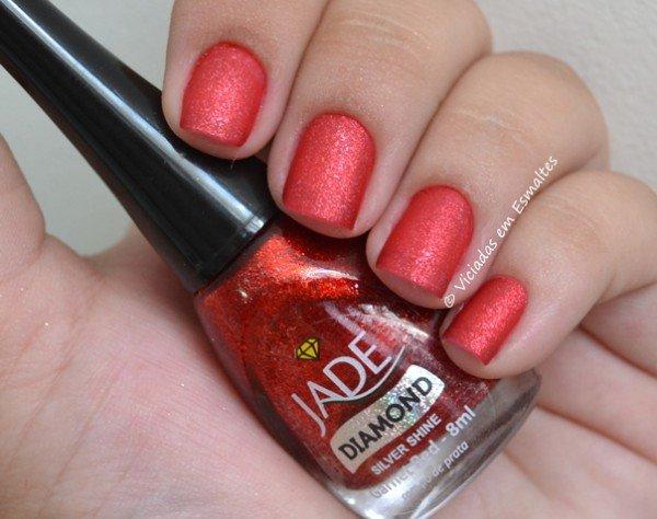 Unhas com Esmalte Jade Garnet Red