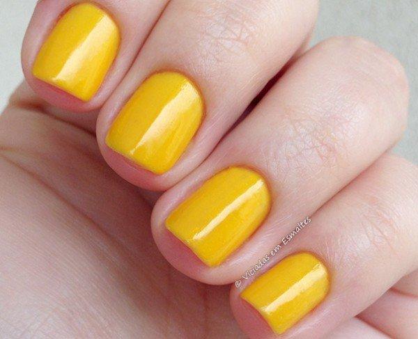Unhas com esmalte amarelo Jade Divertida