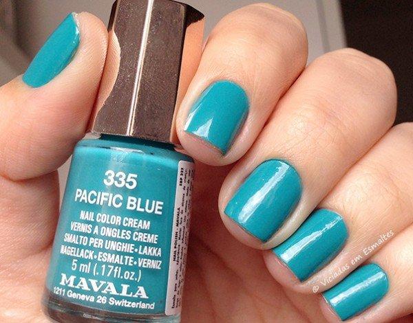 Unhas com Esmalte Mavala Pacific Blue