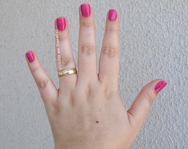 Mãos com Esmalte Cozete Gomes Baphonica
