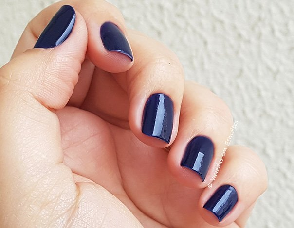 Unhas com Esmalte Risque Azul Estrelado