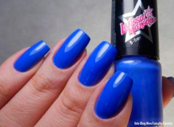 Unhas com o Esmalte Larissa Manoela Coração Azul