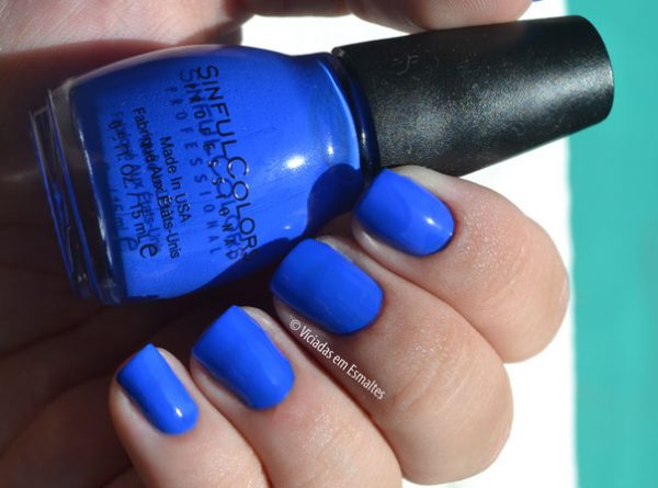 Unhas com o Esmalte Sinful Colors Endless Blue